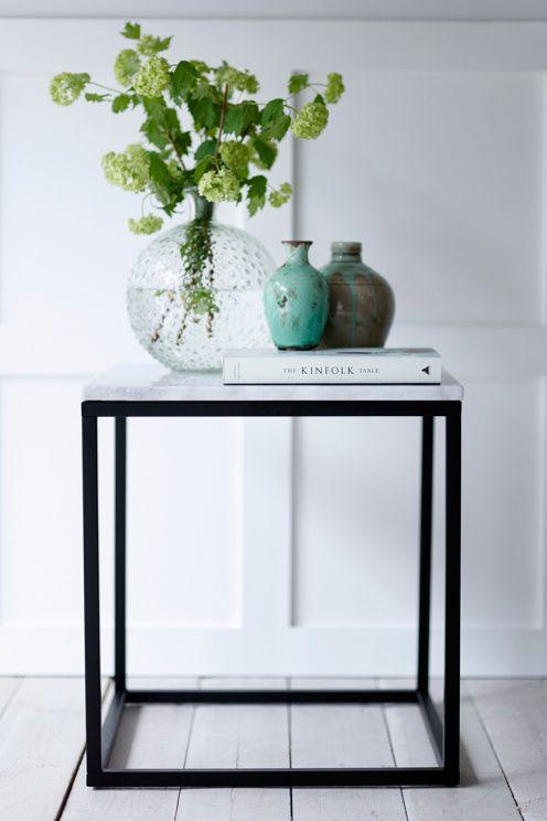 """Sofabord/sidebord med plate av marmor og stamme av metall. Str 50x50 cm. Høyde 53 cm. Da marmor er et naturmateriale er det normalt at små avvik i størrelse, farge og struktur kan forekomme. Fraktvekt 21 kg. <br><br>Les om Fraktvekt under fliken """"Levering"""".<br><br>Vedlikehold av marmor <br>For å gi stenen sin grunnbeskyttelse anbefales marmorpolish som du finner i velassorterte fargehandlere. Stryk på et tynt lag. La det tørke i noen minutter. Poler opp til glans med en tørr fille. Dette…"""