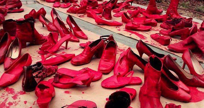 La Plaza de la Constitución expone más de 500 pares de zapatos teñidos de rojo que recuerdan que existe el feminicidio. Foto: Especial