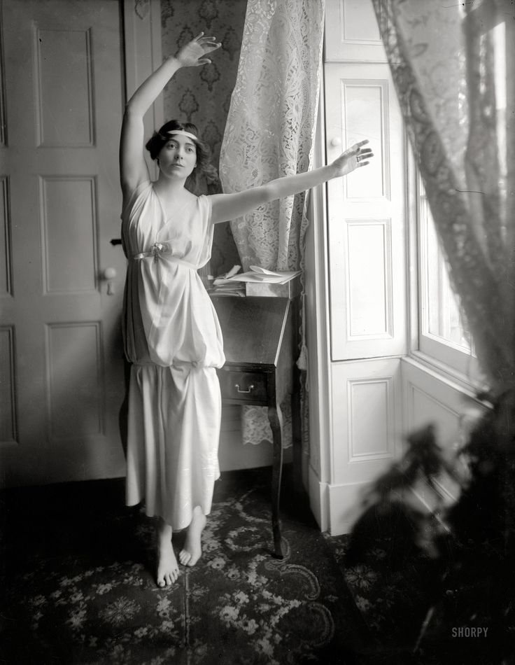 Shorpy Historical Photo Archive :: The Barefoot Baroness: 1909