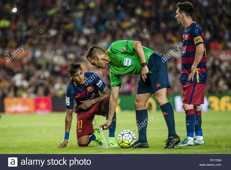 Download this stock image: Barcelona, Catalonia, Spain. 5th Aug, 2015. Referee XAVIER ESTRADA marks the free kick line after FC Barcelona's Neymar has been fouled during the pre-season friendly 50th Gamper Trophy match between FC Barcelona and AS Roma Credit:  Matthias Oesterle/ZUMA Wire/Alamy Live News - F017GM from Alamy's library of millions of high resolution stock photos, illustrations and vectors.