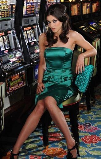 Преимущества онлайн игровых автоматов на реальные деньги очевидны для всех, кто хотя бы раз пробовал играть в интернет казино. Ассортимент видео-слотов, обычно, настолько широк, что вы легко можете хоть каждый день пробовать новый игровой автомат.