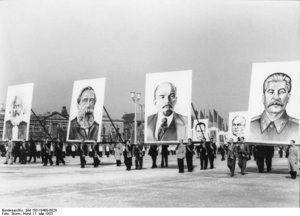 """Die """"Schöpfer"""" des Marxismus-Leninismus: Marx, Engels, Lenin und Stalin (Demonstration zum 1. Mai 1953, Ost-Berlin)"""