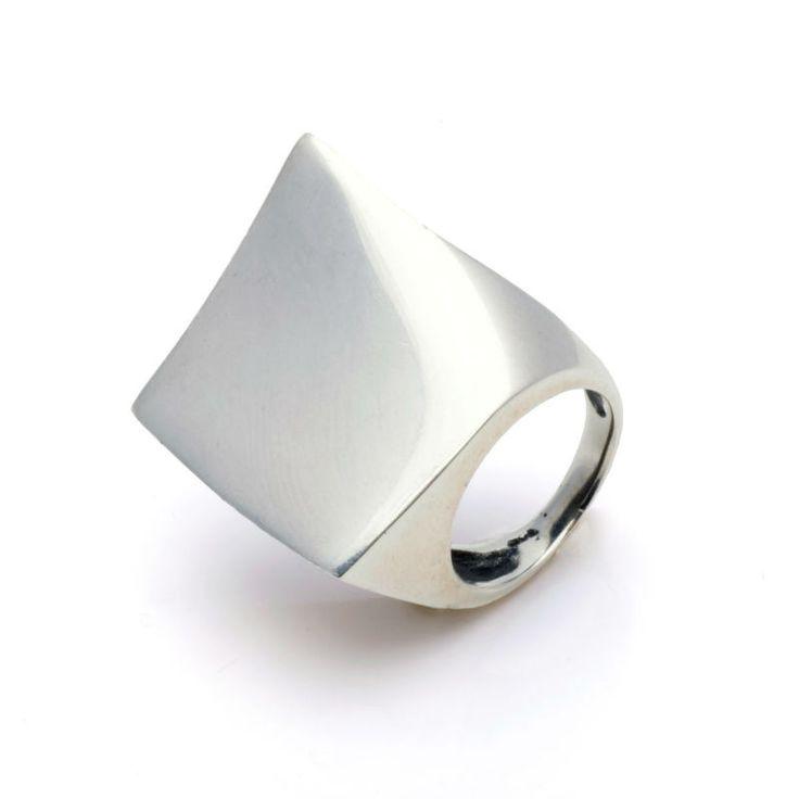 Espectacular pieza este anillo de plata de 1ª Ley, con forma cuadrada. En total tendencia para la moda Boho chic, es esta pieza exclusiva y única.