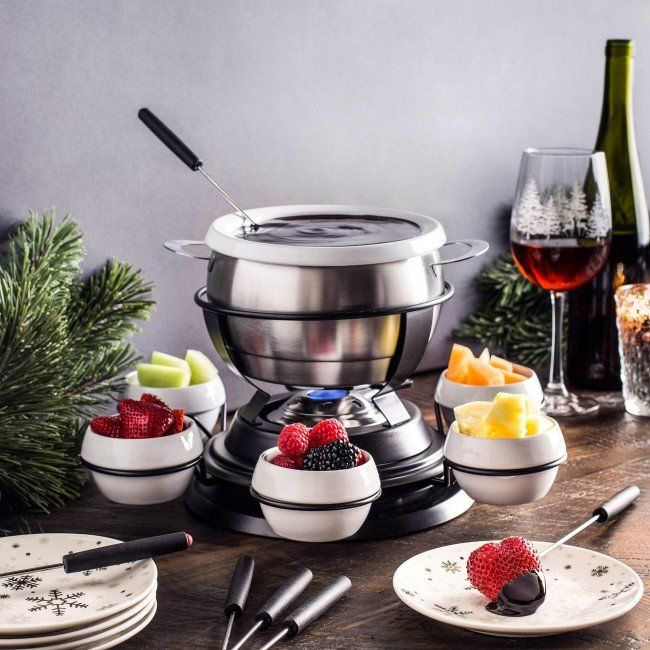 Serve friends and family delicious fondue with the Trudeau Gyro 3-in-1 Fondue Set. The rotating lazy susan makes it easy for everyone to access the dipping bowls.