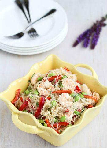 Теплый салат с креветками, горбушей и стеклянной лапшой