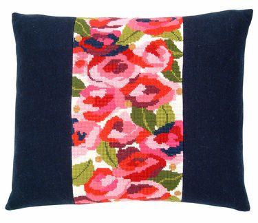 15-74-0225 Broderipakning - Pude - Roser  Fru Zippe - design Kirsten Stiholt   Str. 18 x 35 cm.  Broderes med korssting på stramaj med 2,6 tr. pr. cm.  Pakken indeholder billede, stof, mønster, flora uld samt en nål.