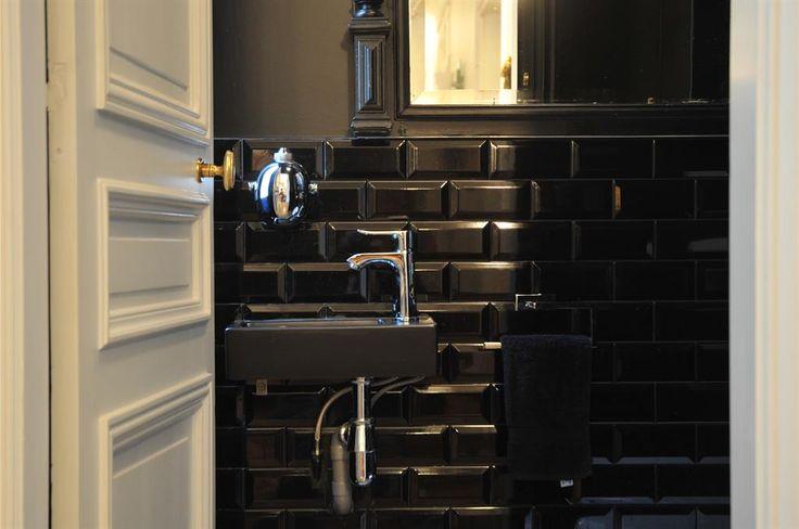 Enter the all black toilets | Rentrez dans ces toilettes entièrement noires
