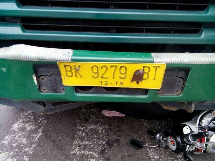 Medan – Truk trailer bernomor polisi BK 9279 BT menabrak lima pengendara sepeda motor yang sedang berhenti di lampu lalulintas (traffic light). Akibat kejadian tersebut, tiga orang dilaporkan…