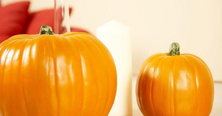 Cómo congelar calabaza para utilizar más tarde. La calabaza no es sólo para los pasteles. Añadir puré de calabaza en las sopas, salsas, panes y panecillos mejora su color y sabor. Rica en fibra y vitamina A, la calabaza se adapta igual de bien en platos dulces o salados. Puede parecer sinónimo de otoño, pero el puré de calabaza congelado permite disfrutar de dulces con sabor a calabaza a lo ...