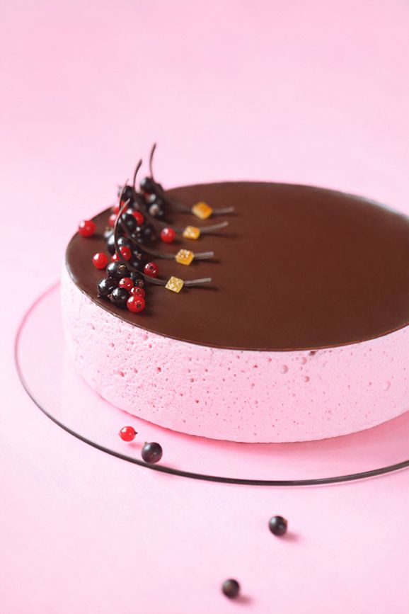 Souffle Cake - orange biscuit, choco and orange ganache, black currant compote, red currant souffle, choco glaze. (in Russian and Portuguese)