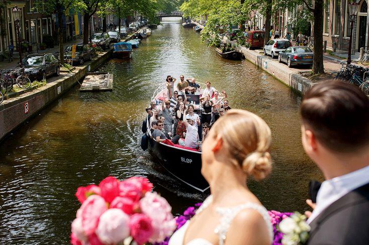 Bloemist: AP Bloem//Fotograaf: Mon et Mine//Bruidsjurk: van Martina Liana// Make-up en haar: Amber Weijers//Outfit bruidegom: SuitSupply
