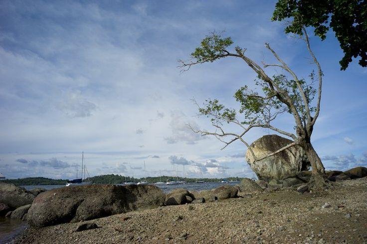 Najbardziej nawiedzone miejsca na świecie - Plaża Changi, Syngapur - uważana za miejsce masowych mordów, dokonywanych przez japońskich żołnierzy na Chińczykach w czasie II wojny światowej. Do dziś słychać na plaży krzyki i zawodzenia niewinnych zmarłych. Czasem w nocy można trafić na doły, które wyglądają, jakby były przygotowane do zakopania zwłok. Najbardziej przerażające są doniesienia o ciągłym znajdowaniu  na plaży bezgłowych ciał ...