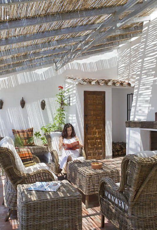 Гостиная с камином на свежем воздухе. Плетеная мебель отлично сочетается с тростниковой крышей.  (средиземноморский,средиземноморский интерьер,средиземноморский дом,средиземноморский стиль,архитектура,дизайн,экстерьер,интерьер,дизайн интерьера,мебель,гостиная,дизайн гостиной,интерьер гостиной,мебель для гостиной,на открытом воздухе,патио,балкон,терраса) .