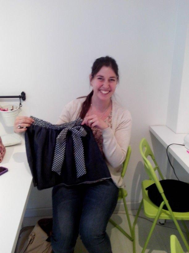 Magdalena terminando su falda.  ¡ feliz!