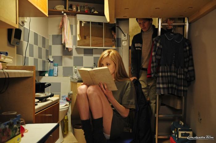 Wolfgang Priklopil (Thure Lindhardt) gewährt Natascha Kampusch (Antonia Campbell-Hughes) Zugang zu Büchern.