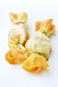 Bouchées apéritives croustillantes Voici la recette des jolis bonbons que nous avons réalisés à l'atelier du Goût avec des noix de Saint Jacques « fraîches » et de la pâte filo. Pour celles et ceux qui ne connaissent pas cette pâte, ses feuilles sont...