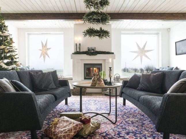 Шведское Рождество в старом фермерском доме . Дом Камиллы и Пера на старой ферме, в этот холодный декабрьский день приветствует гостей ароматами глинтвейна и пряников, и сразу согревает душу. Их дом украшен в традиционном для шведского Рождества стиле - звездами на окнах, еловыми гирляндами и венками. Смотрите сами и находите вдохновение для украшения своего дома.