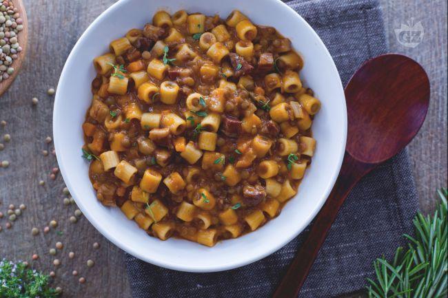 La pasta e lenticchie, da gustarsi asciutta o piuttosto brodosa, è un primo piatto ricco e gustoso, adatto per riscaldarsi durante una fredda giornata