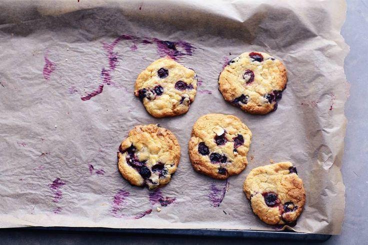 Zelf koekjes bakken is leuk (en lekker)! Met witte chocolade en blauwe bessen - Recept - Allerhande