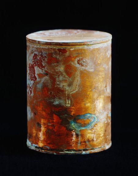 En 1913 un hopital psychiatrique des Etats-Unis a commencé à incinérer les corps non réclamés de ses patients décédés et a stocké les cendres dans ces récipients en cuivre. Au fil du temps les cendres et le cuivre ont réagis chimiquement pour créer cette oxydation. Le photographe David Maisel a ensuite obtenu l'accord de l'hopital …