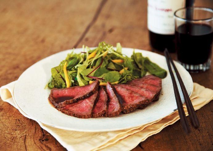 時間がない、手間もかけたくない、でもあと一品欲しい・・・そんなときにおすすめのレシピをご紹介します。 ゴージャスなひと皿が10分で完成! フライパンでできるローストビーフは、おもてなし料理としてもマスターしておいて損なし! ■フライパンローストビーフの作り方 【材料】 ・牛もも肉ブロック・・・40...