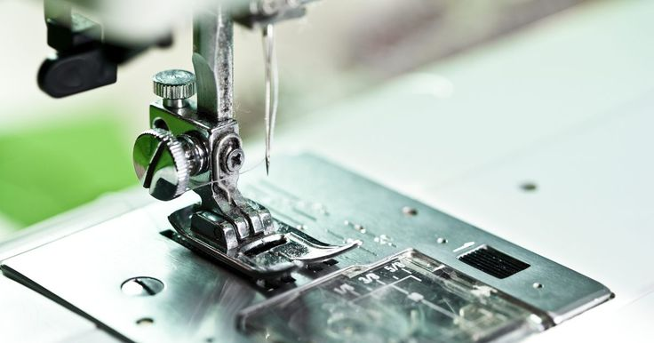Instrucciones para usar una máquina de coser eléctrica modelo Singer 221. La empresa Singer ha estado produciendo máquinas de coser desde 1851. Ha desarrollado sus modelos eléctricos desde 1921. La Singer 221 es una máquina básica, portátil y eléctrica que es fácil de usar. Lo único que requiere es que la enhebres correctamente e inmediatamente podrás empezar a coser.