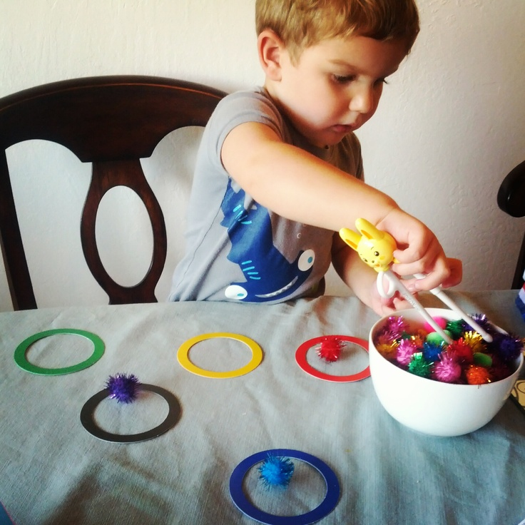 Olympic game for toddlers - sorting colors fine motor onto Olympic rings via Ringmastermom