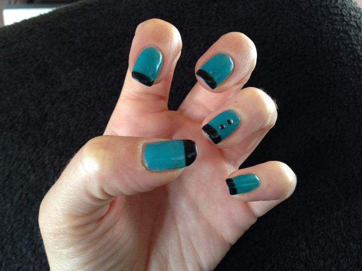 Manicura con #esmaltado semipermanente en color negro y azul #manicura
