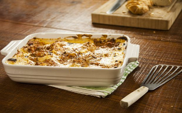 Receita tradicional italiana leva molho à bolonhesa e molho branco