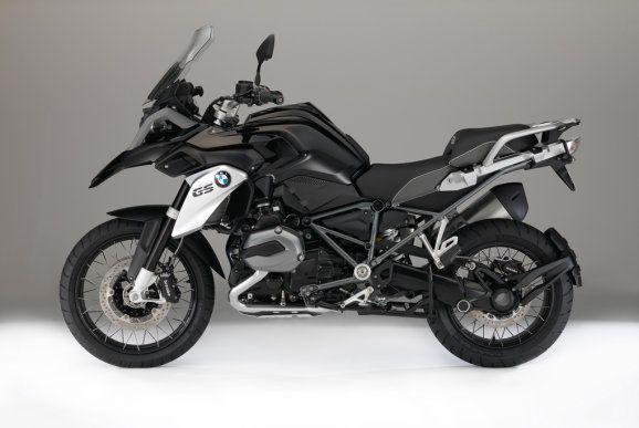 Die BMW R 1200 GS Triple Black ist das Sondermodell für 2016. Ab 15.520 Euro geht's los. Was ist besonders? Die von der Adventure bekannten Kreuzspeichenrädern mit schwarz glänzendem Felgenbett.