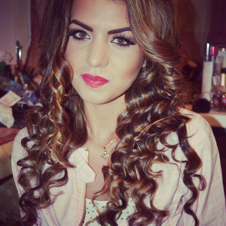 Bold lips & black eyeliner &curly hair