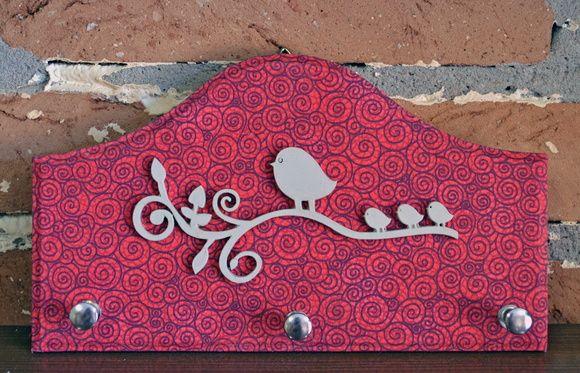 Porta-chaves em madeira forrada com tecido e aplicação de aplique de madeira pintado. R$ 23,00