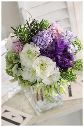 紫のリシアンサス(トルコキキョウ)と薄いパープルのヒヤシンスを合わせた春のクラッチブーケ。 白いラナンキュラスも加えて爽やかに。 purple clutch bouquet ranunculus hyacinthus