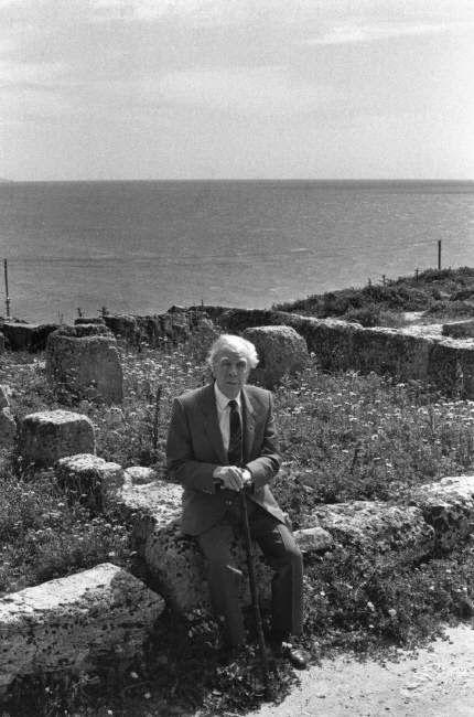 Jorge Luis Borges: La tentación (Foto: Borges en Selinunte, Sicilia 1984 © Ferdinando Scianna / Magnum Photos ) http://borgestodoelanio.blogspot.com/2014/07/jorge-luis-borges-la-tentacion.html