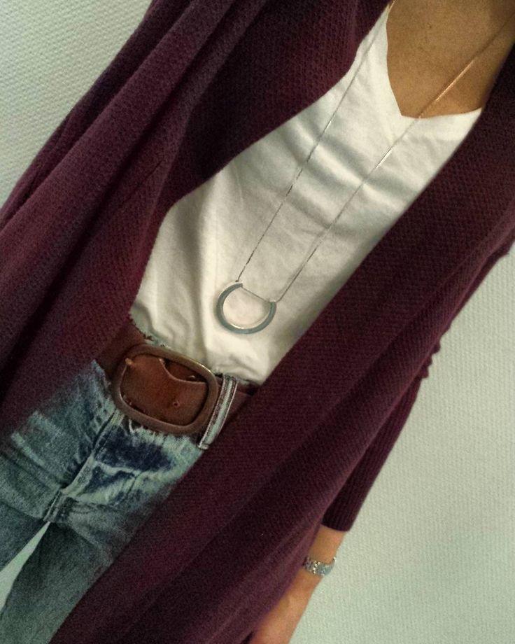 mom fit jean + t-shirt basique + cardigan prune = parfait pour l'automne
