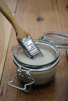 ♥ Mehl ♥ Zucker ♥ Wasser ♥ Weißer Essig  Mehl und Zucker in einem Topf (Verhältnis 3: 1). In kaltem Wasser zu einer Paste verarbeiten, ständig rührend bei mittlerer Hitze kochen, bis die Mischung dick wird, einen Teelöffel Essig zufügen,abkühlen lassen. Im luftdichten Behälter im Kühlschrank für ein paar Wochen haltbar