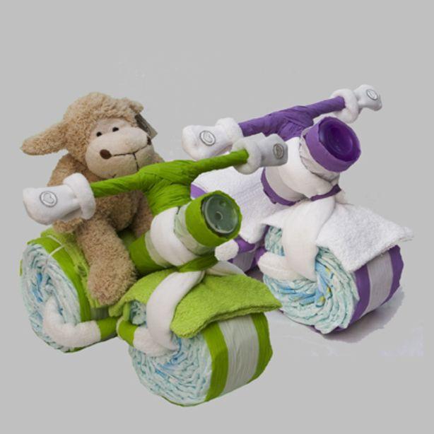 De driewieler bestaat uit: 45 pampers, 3 spuugdoekjes, 2 washandjes, een hydrofiel luier, een anti-lekbeker of fles en een paar sokjes, het is ook mogelijk om de driewieler te laten besturen door een knuffel naar keuze