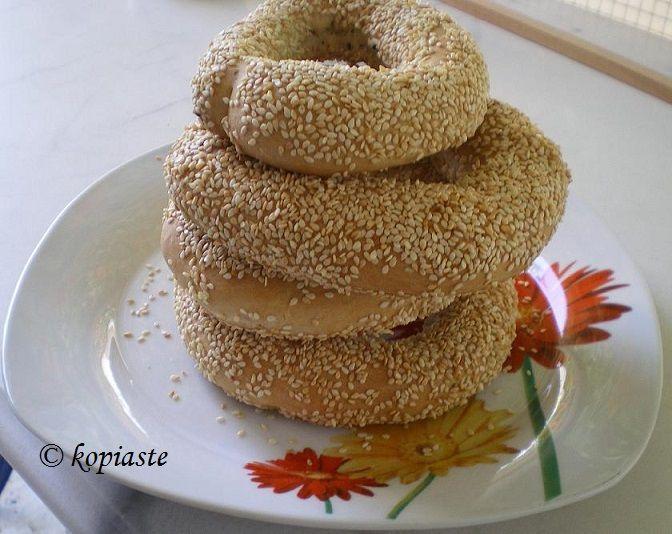 Koulouri Thessalonikis is a round ring bread covered with sesame seeds. http://kopiaste.org/2008/08/koulouria-thessalonikis-street-food/ Κουλούρια Θεσσαλονίκης  http://www.kopiaste.info/?p=2666