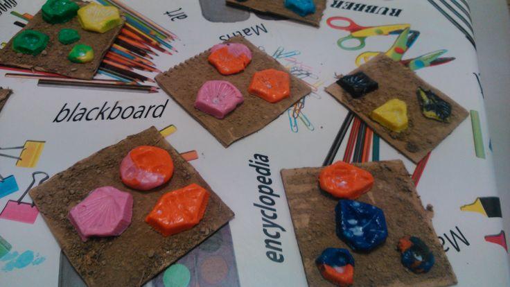 Fòssils: base de cartró i terra (que els nens i nenes van agafar del parc) i plastilina amb caragols i petxines premsades!