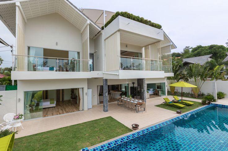 Каждая из 5 просторных спален в Villa Mojito #Таиланд площадью около 20 м² оборудована по стандартам номера Deluxe отеля 5* и отличается удобной планировкой в сочетании с продуманным дизайном интерьера.  Каждая спальня располагает отдельной террасой 11 м² с комфортной ротанговой мебелью, en-suite душевой комнатой, walk-in гардеробной, телевизором, удобной двуспальной кроватью с качественным постельным бельём (по требованию предоставляются две односпальные кровати), а также письменным…