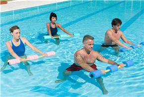 Les exercices d'aquagym font partie des méthodes de musculation les plus prisées pour renforcer ses muscles et tenir la forme en douceur, grâce à la seule résistance de l'eau. Voici les cinq exercices d'aquagym de base pour travailler...