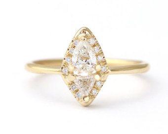 Anillo de compromiso de diamante Marquise con seis diamantes pave corona en oro macizo de 18 k. Diseño fino y delicado, glamoroso de moda viejo, pila-ambiente entorno.  Banda del anillo: 1,3 mm Materiales: 18k oro amarillo sólido, Marquesa de 0,25 quilates corte de diamantes, seis diamantes blancos de 1 mm en claridad VS (libre de conflicto). Centro de parámetros de los diamond: claridad VS, Color E-G, corte excelente, libre de conflictos  ► se puede hacer en amarillo, blanco o rosa de oro…
