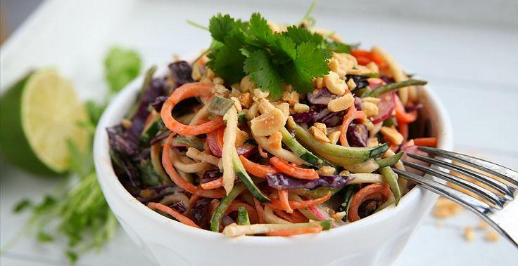 Dit recept is raw food en veganistisch. Ik ben zelf dol op de Oosterse keuken en dus heb ik mij voor de saus hierop gebaseerd. Een combinatie van noten en ahorn