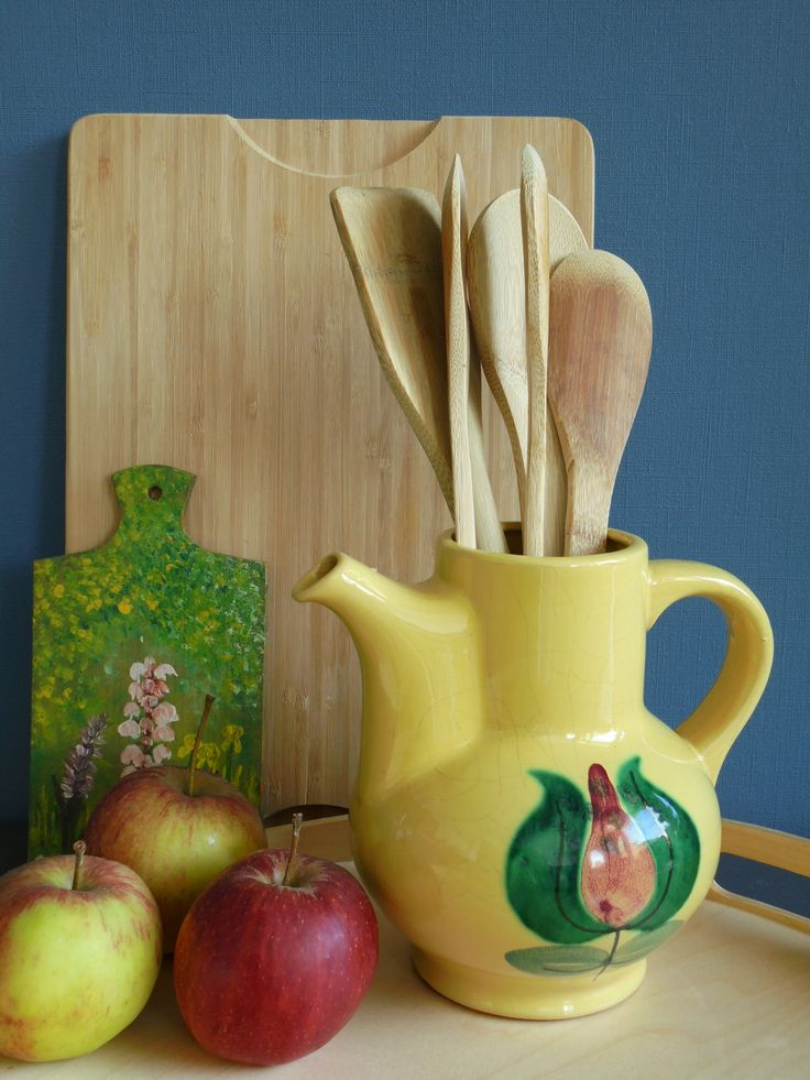 In the kitchen it is beautiful to put a bunch of utensils, wooden spoons or other kitchen paraphernalia, in a vase on your kitchen counter.   In de keuken staat het prachtig om een bos pollepels of keukenhulpjes en opscheplepels, in een vaas of kan op het aanrecht te zetten.