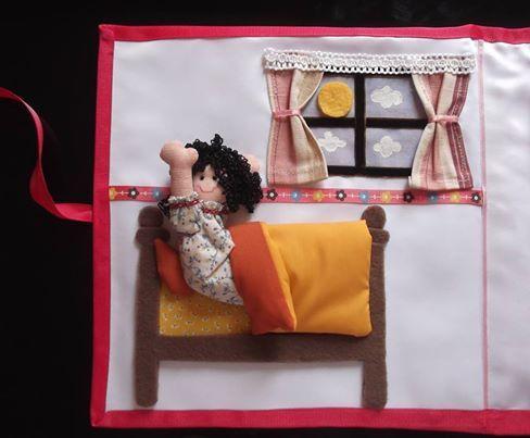 Aquí se puede apreciar a una niña despertando en su cama, dentro de su habitación de paredes blancas. A uno de los lados está la ventana donde se aprecia el sol en alto relieve y las nubes blancas pintadas.  La niña lleva una bata con cinta roja. También se aprecia la sábana amarilla y su cubrecama, además de la almohada del mismo color.