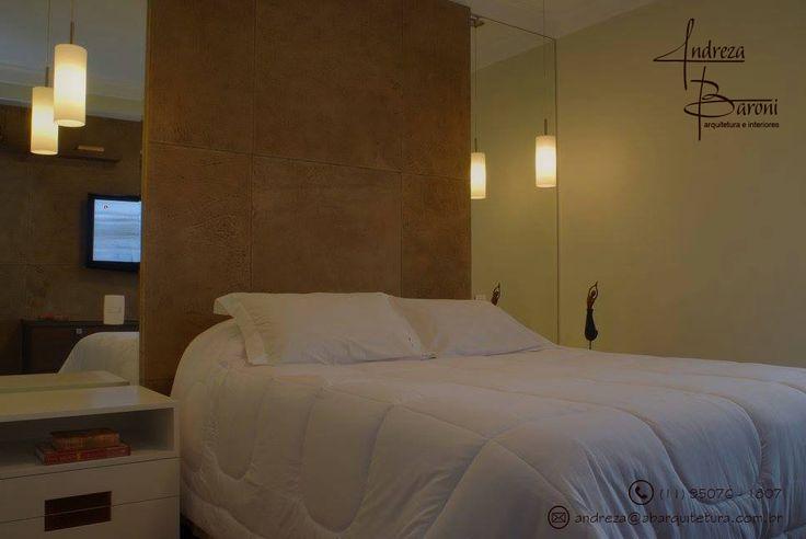 Espelho na cabeceira da cama decora e amplia dormitórios pequenos. #quartodecasal #quarto #decoracaoespelho #espelhogrande #espelho #abarquitetura #andrezabaroniarquitetura #decoracao #designdeinteriores