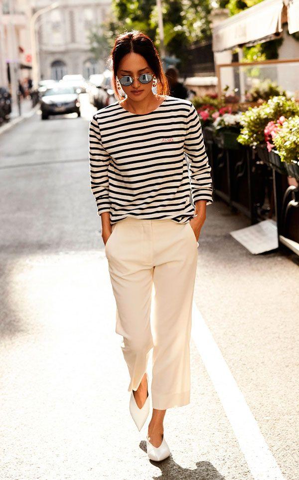 Street style look blusa listrada calça branca e sapato bicudo.