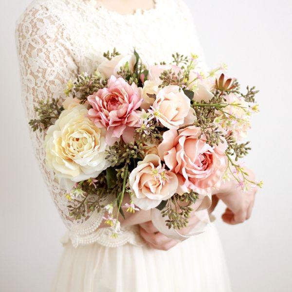 エレガントなアンティークピンクバラをメインに、シックな野趣あるベリーを添えたブーケ。 ピンクでも、シックに甘さを控えたい、そんな大人の女性におすすめしたいブーケです。  アンティークピンク バラ  ダリア クラッチブーケ ブートニアセット/シルクフラワー(造花)