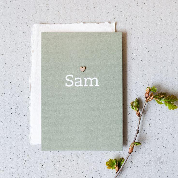 Eenvoudig geboortekaartje voor een jongen of meisje met een houten mini-hartje! Mooie mosgroene tint #botanisch #uniek #stijlvol #grafisch #birthannouncement #simpel #www.studiokuuk.nl