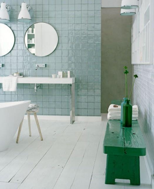 Tegels wit, groen/ azuur en die donkergroene accessoires zijn eigenlijk ook mooi